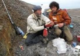 Luca Bracali (sulla destra) durante il suo viaggiopresso Isfiorden, alle isole Svalbard, nel più prolifico bacino terrestre abitato dei più grandi sauri marini del Giurassico