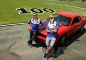 Lorenzo e Rossi davanti a una Mustang. Sono numerosi i piloti del Mondiale ad avere una cotta per le fuoriserie
