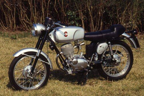 Apparsa nel 1965, la monocilindrica di Arcore ha subito saputo conquistare i favori di una larga fetta di potenziali utenti per la straordinaria estetica, per le doti di guida e per la ottima affidabilità