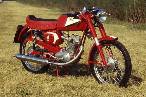 La Morini 125 è sempre stata rinomata per le sue doti di robustezza e per l'ottima qualità complessiva. Questa è la prima versione del Corsaro Veloce, prodotta dal 1962 al 1964