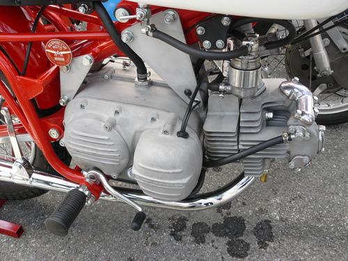 Per il mercato americano è stato anche prodotto un certo numero di moto con accensione a magnete. Questo esemplare da dirt track con cilindro in lega di alluminio e frizione a secco dovrebbe essere del 1967