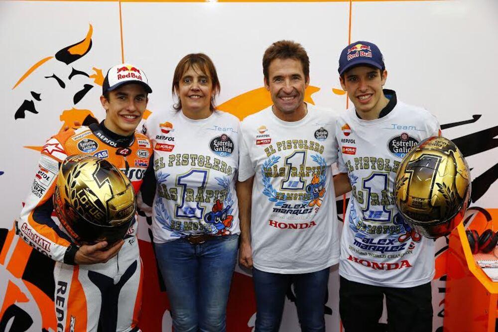 La famiglia Marquez festeggia il titolo di Alex e la vittoria di Marc a Valencia