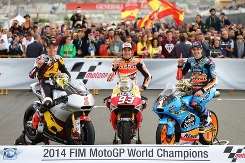 La tradizionale foto dei Campioni del Mondo: da sinistra Tito Rabat, Marc Marquez ed Alex Marquez