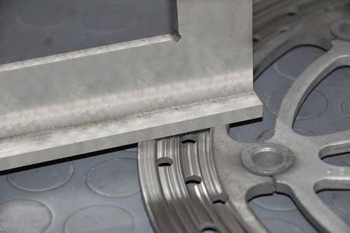 5- I dischi vanno sottoposti a controlli periodici. La fascia frenante non deve presentare deformazioni e la superficie di lavoro deve essere in buone condizioni.