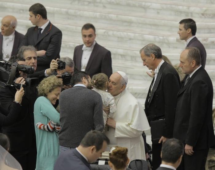 Il Papa saluta un giovanissimo fedele
