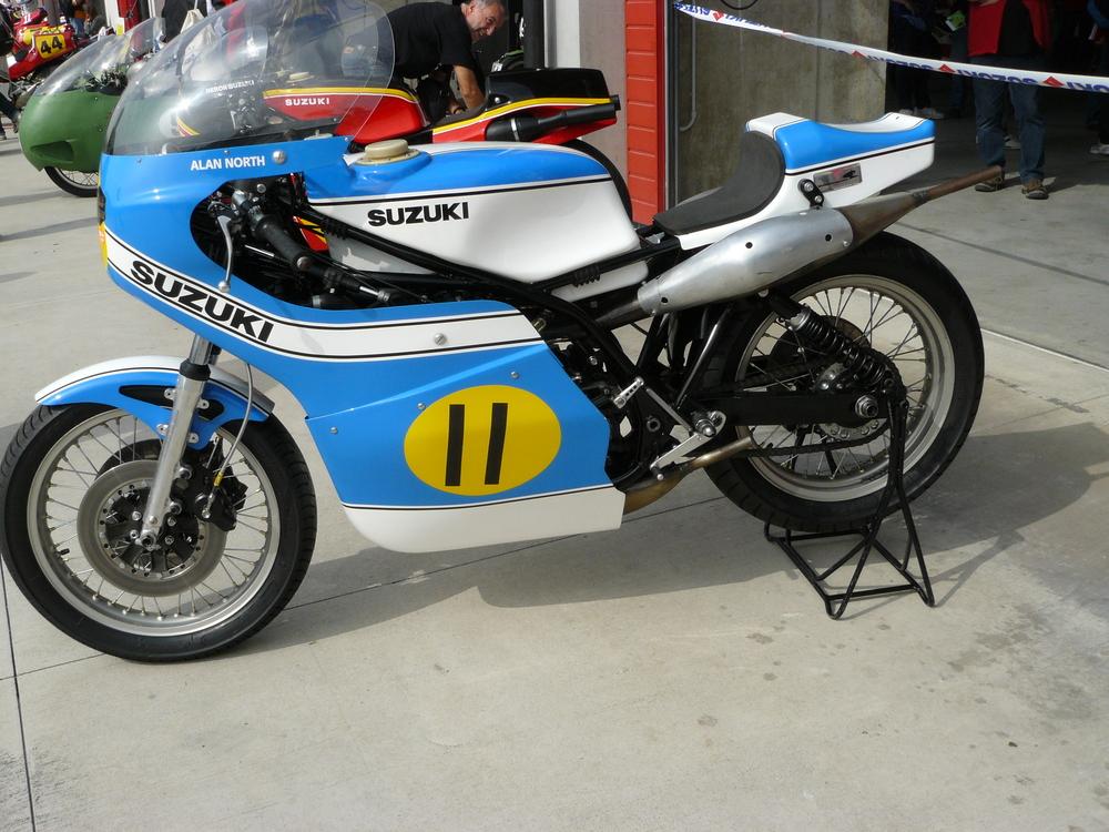 Le Suzuki 500 con quattro cilindri in quadrato sono state a lungo grandi protagoniste del mondiale e oggi appaiono con frequenza nelle manifestazioni per moto da corsa storiche