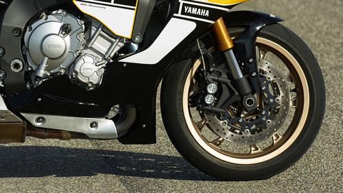 In questa immagine dell'avantreno della R1 si possono osservare la ruota in lega di magnesio e la forcella con canne da 43 mm di diametro. Sui dischi da 320 mm agiscono pinze monoblocco ad attacco radiale