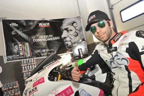 Max con uno degli sponsor