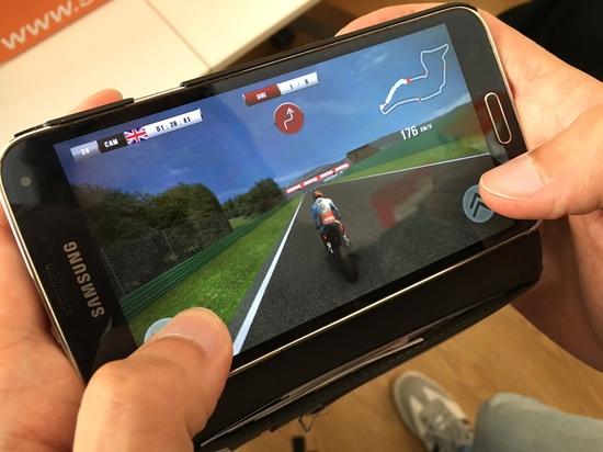 Il sensore giroscopico dello smartphone regola l'inclinazione della moto