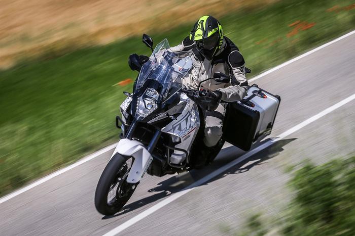 La SuperAdventure ha un avantreno un pelo meno preciso, ma il motore entusiasma con una pienezza ai medi superiore alla Ducati