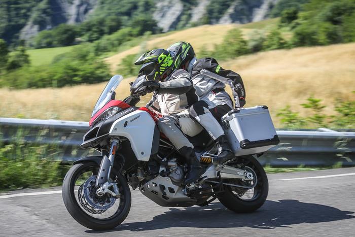 La Ducati vanta consumi sorprendentemente bassi, con medie intorno ai 20km/l
