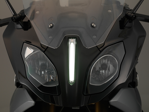 Il faro diurno a LED in mezzo allo sguardo asimmetrico della BMW R1200RS