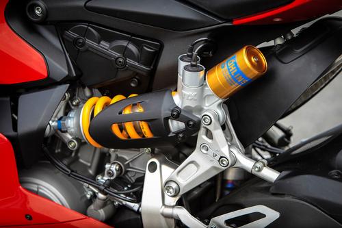 Sistema Ohlins Mechatronic anche sul mono posteriore posizionato asimmetricamente sulla sinistra della moto