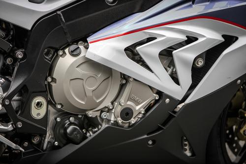 Restano, anche se con differente andamento, i tagli asimmetrici sulla carenatura della BMW S1000RR