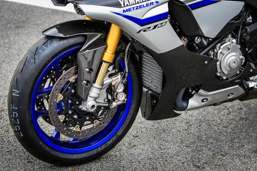 La Yamaha YZF-R1 2015 è la prima sportiva giapponese ad essere dotata di raccordi freno in treccia aeronautica