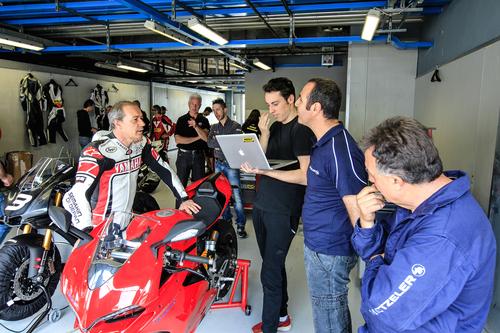 Luca Cadalora al debriefing con Alessandro Abate di Metzeler