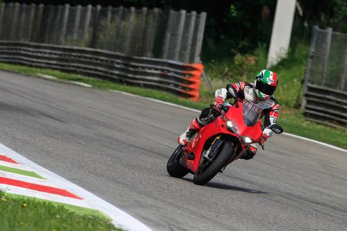 Grande confidenza anche negli ingressi a freno in mano per le Metzeler Racetec RR