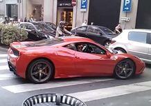 Ferrari 458 Speciale: il rombo del V8 fa spaventare una coppia di anziani [Video]