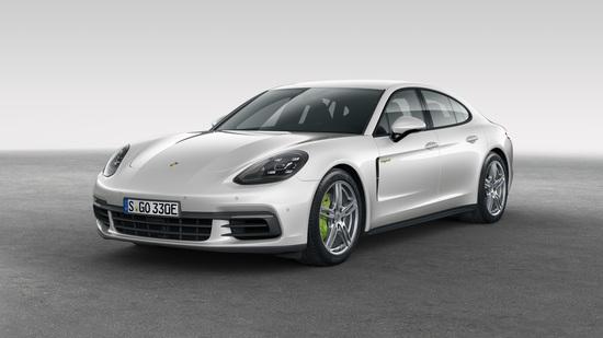 La linea filante della nuova Porsche Panamera 2017 in questa variante ibrida
