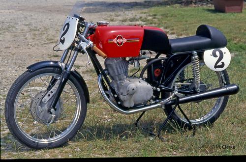 La bellissima 125 che ha preso parte alla Sei Ore di Monza del 1965 piazzandosi settima assoluta pur correndo contro moto cilindrata molto maggiore. Nella foto si possono osservare chiaramente le modifiche apportate al telaio