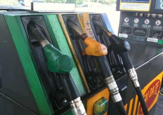 Carburanti: prezzi in lieve calo