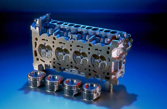 In alcuni moderni motori con iniezione diretta di benzina il cielo del pistone ha una conformazione particolare, atta a generare una turbolenza a vortice orientato o a deviare opportunamente il getto di carburante emesso dall'iniettore