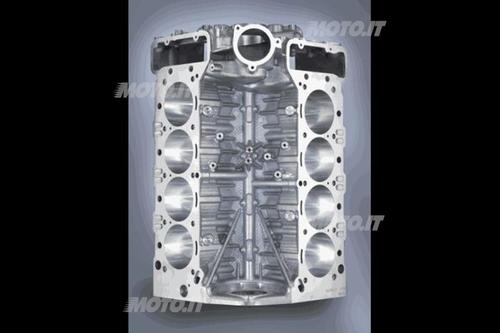 Questo basamento in lega di alluminio con canne integrali di un V8 automobilistico è un autentico capolavoro di fonderia. La struttura può essere definita quasi dry deck, dato che mancano gli usuali passaggi acqua di apprezzabili dimensioni