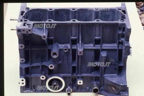 Basamento Peugeot: La grande semplicità strutturale di un blocco cilindri per canne umide con bordino di appoggio inferiore