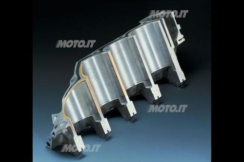 Cilindro sezione CBR: Sezione di un blocco cilindri con canne riportate a secco incorporate di fusione