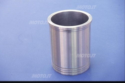 Canna cilindro umida con bordino d'appoggio superiore (questa è in ghisa, ma in diversi motori di alte prestazioni sono in lega di alluminio)