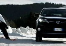 La nuova Toyota RAV 4 sfida uno sciatore in discesa libera - Video