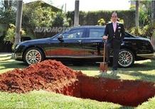 Miliardario seppellisce la sua Bentley per utilizzarla nell'aldilà