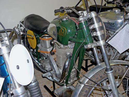 La Lito è nata direttamente dalla Monark. Le moto ufficiali in effetti differivano solo per la verniciatura e per il logo sul serbatoio! Dietro il motore erano collocate la scatola del filtro aria e il serbatoio dell'olio, realizzati in lega di alluminio