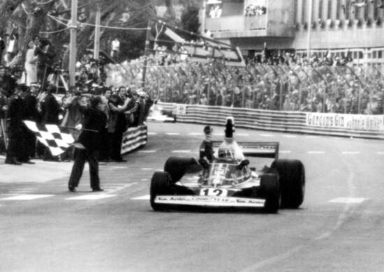 Niki Lauda vince il Gran Premio di Monaco 1975 sulla 312 T. Dopo undici anni di attesa la Ferrari quell'anno torna a brindare con la doppietta nei Campionati Piloti e Costruttori. Lauda conquista 5 vittorie (Monaco, Belgio, Svezia, Francia e USA), mentre Clay Regazzoni trionfa a Monza nel giorno in cui l'austriaco si laurea campione