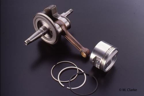 Manovellismo del motore Rotax 560. Si può chiaramente notare il convogliatore centrifugo (fissato all'albero a gomito) che raccoglie l'olio che esce dal cuscinetto di banco e lo fa arrivare a quello di biella