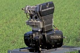 Esteriormente il motore per le gare dei Supermono si presenta come quello di serie, eccezion fatta per la nuova testa bialbero raffreddata ad acqua e per il diverso cilindro