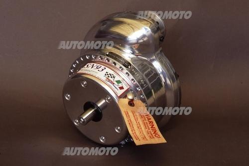 I compressori centrifughi azionati meccanicamente hanno avuto scarsa diffusione in campo auto. Per il tuning da anni sono comunque disponibili in varie tipologie e dimensioni. Questo è un Paxton, costruito negli USA