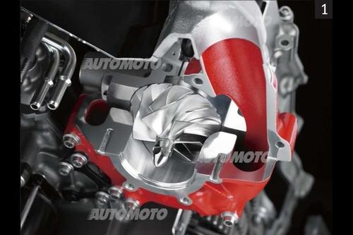 La foto consente di osservare chiaramente la girante del centrifugo a comando meccanico posto sopra la parte posteriore del basamento della recentissima Kawasaki H2