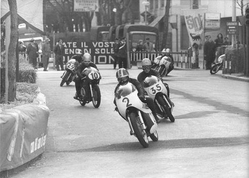 Qui siamo a Riccione nel 1970 durante la gara della 250 Juniores. Dietro Tarlazzi, autore della solita partenza a razzo, si riconoscono Fabbretti, Rivola (divenuto poi affermato giornalista), Neri e Paglialunga (con l'unica Morini in gara)