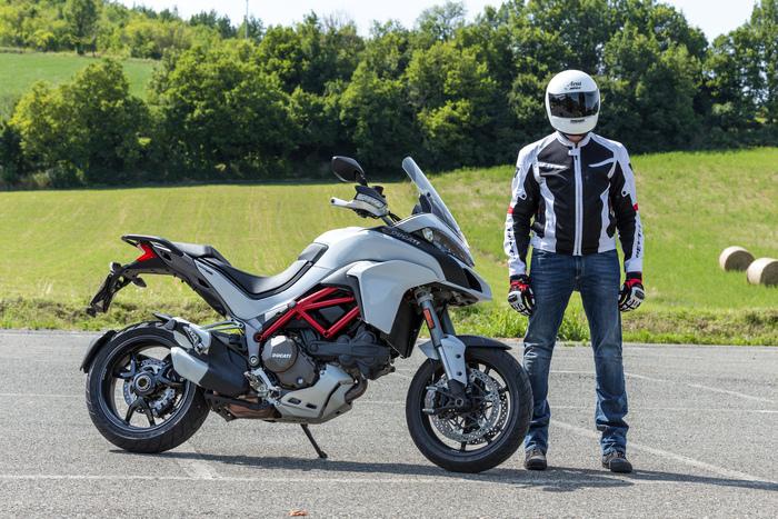 Maurizio Gissi (ma in redazione è per tutti Gix) con la Ducati Multistrada 1200S. Indossa: Casco Arai, giacca Rev'it!, jeans Spidi, guanti Alpinestars, scarpe Dainese