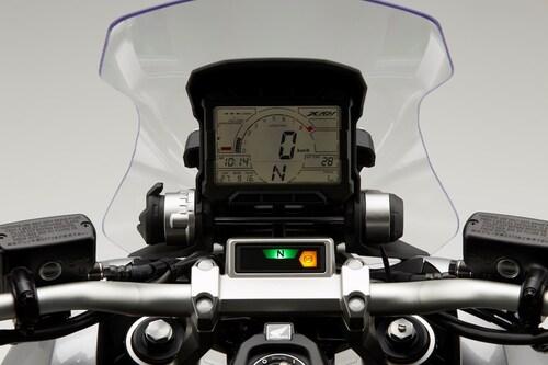La doppia strumentazione, con cruscotto LCD e blocco spie sulla piastra di sterzo