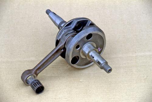 Albero di un monocilindrico a due tempi completo di biella, nella cui testa è ben visibile una fresatura per il passaggio dell'olio. Nei motori di questo tipo l'impiego di cuscinetti di banco e di biella a rotolamento è d'obbligo