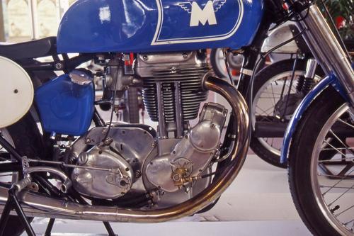 Il monocilindrico della Matchless G 80, con in bella evidenza il magnete collocato anteriormente e il cambio separato. Si notano i tubetti cromati all'interno dei quali passano le aste della distribuzione