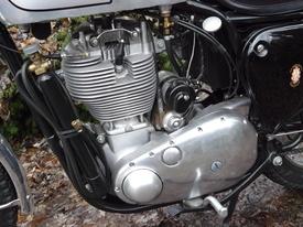 Il motore della BSA Gold Star 500 visto dal lato della trasmissione primaria. Questo monocilindrico aveva un alesaggio di 85 mm e una corsa di 88 mm. Il cilindro in lega di alluminio aveva la canna riportata in ghisa