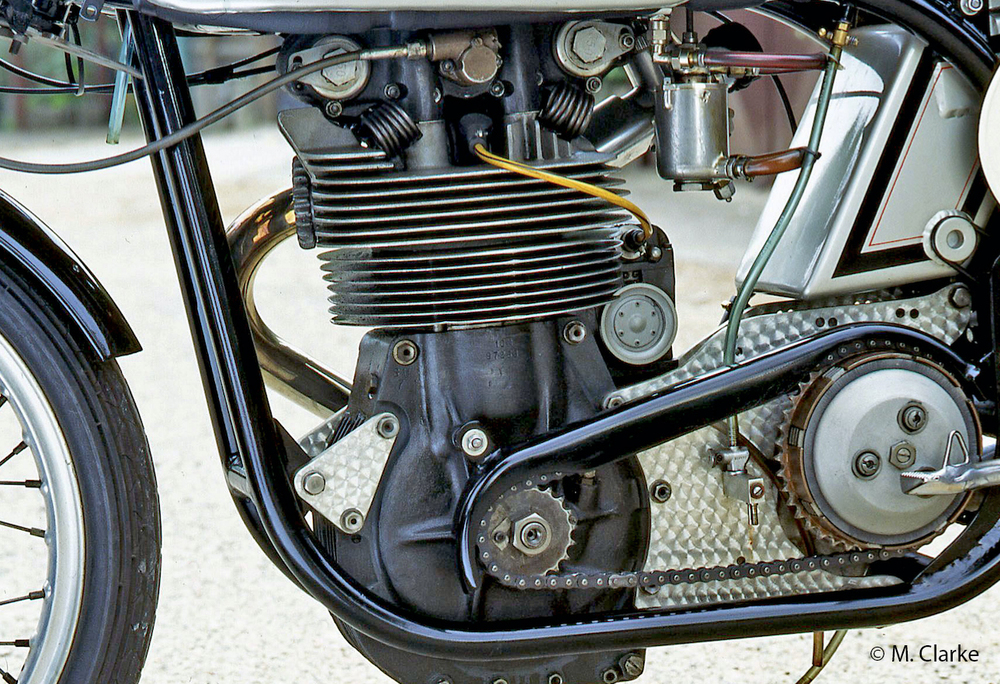 Nelle monocilindriche inglesi da corsa il cambio separato era collegato al motore da una trasmissione primaria a catena lavorante allo scoperto. La foto mostra quella di una splendida Norton 500