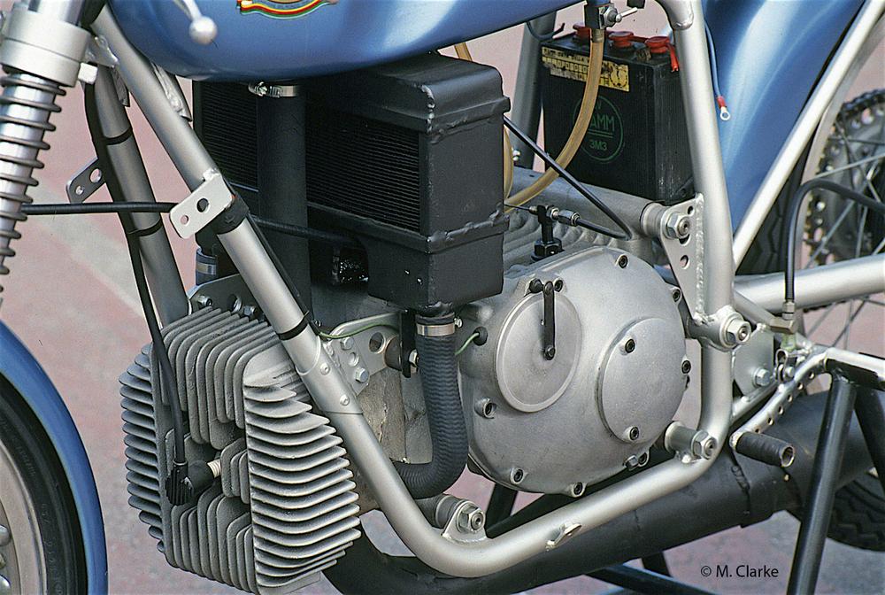 Nella Mondial 125 a due tempi da Gran Premio degli anni Sessanta il cilindro era raffreddato ad acqua e il circuito era del tipo con circolazione a termosifone. Nella foto si possono notare le considerevoli dimensioni del radiatore
