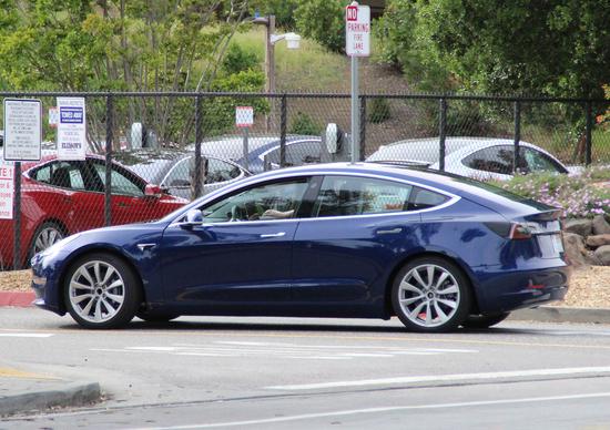 Tesla Model 3: primi scatti della versione definitiva