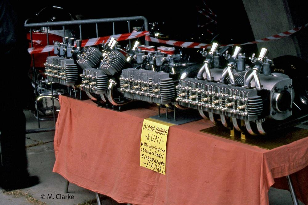 Il banco del tecnico Fabbri, specializzato in Rumi, fotografato in occasione di un mercatino. Da sinistra si notano un tricilindrico, un V4, un quadricilindrico in linea e un sei cilindri!